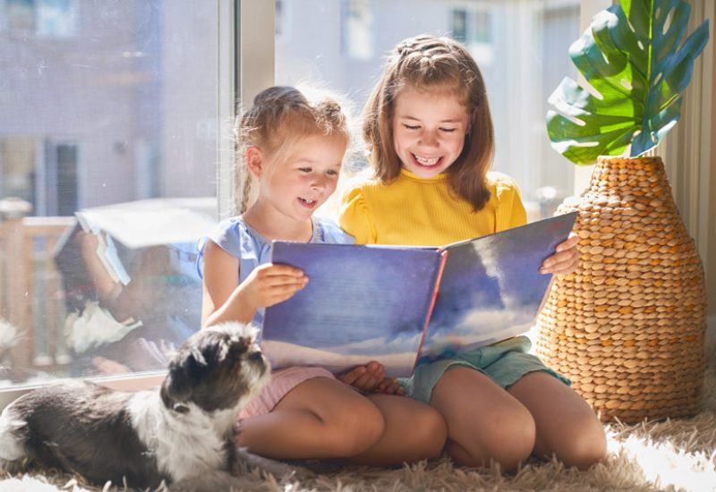 girls-are-reading-a-book-N4MYFTR.jpg